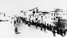 Diese Aufnahme aus dem Jahr 1915 zeigt Armenier auf einem Marsch im damaligen Osmanischen Reich - ihr Ziel war der Tod.
