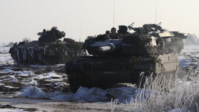 """Begehrte Ware: Der Kampfpanzer """"Leopard 2 A6"""" (M), ein Schützenpanzer Marder 1A3 (l) und ein Transportpanzer Fuchs."""