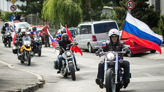 """Die kremlnahen """"Nachtwölfe"""" zeigen auf ihrer umstrittenen """"Siegestour"""" im großen Stil Flagge."""