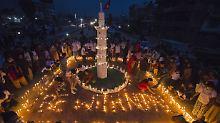Ganz in weiß gekleidet fanden sich Gruppen von Trauernden in der Hauptstadt Kathmandu ein.