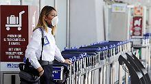 Airport-Angestellte mit Maske: In den Abfertigungshallen hängt der Gestank.