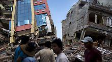 Das Nachbeben bringt in Kathmandu mehrere Häuser zum Einsturz, das Gesamtausmaß der neuen Katastrophe ist noch unklar.