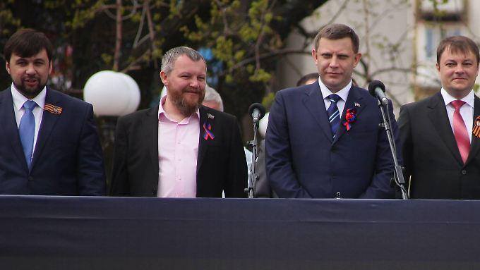 Haben sich zum einjährigen Geburtstag schick gemacht: die Führung der prorussischen Separatisten um Alexander Sachartschenko.