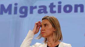 Die EU-Außenbeauftragte Federica Mogherini will im UN-Sicherheitsrat ein Mandat erreichen, mit dem die EU ihr Militär gegen Schleuser einsetzen darf.