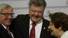 Juncker (links) hatte für jeden Ankömmling einen lockeren Spruch übrig. Hier für den ukrainischen Präsidenten Poroschenko (M.). Die Lettische Regierungschefin Straujuma kommt aus dem Feixen nicht mehr raus.