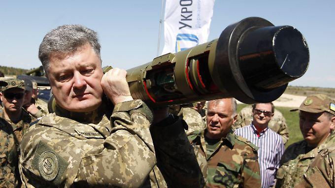 Poroschenko tritt gerne im Tarnfleck auf.