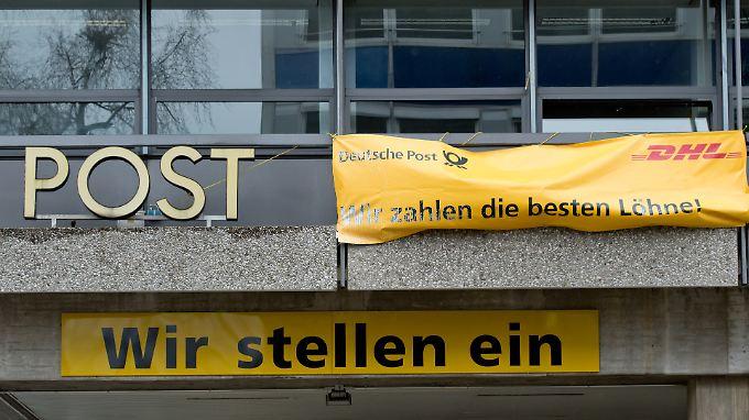 Die Deutsche Post will an einen wachsenden Teil ihrer Beschäftigten nicht mehr ihre hohen Löhne zahlen.