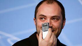 Beim Mobile World Congress 2014 behauptete Jan Koum, selbst nur ein altes Nokia-Handy zu nutzen.