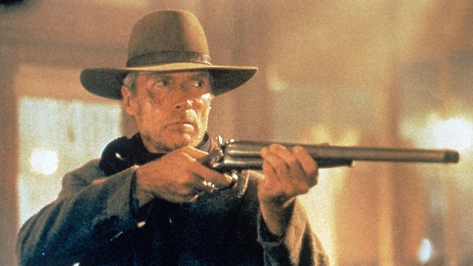 Clint Eastwood ist häufig mit einer Waffe im Anschlag zu sehen.