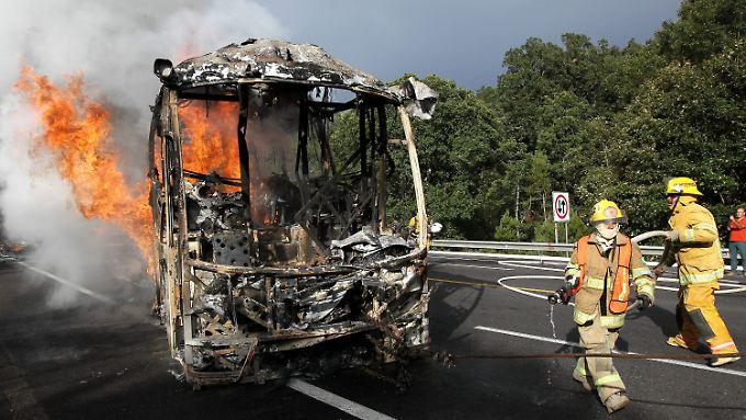 Dieser Bus ging bei Protesten von Lehrern gegen die Regierung in Flammen auf.