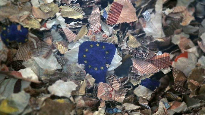 Zerschredderte Euro-Scheine in einer Installation im Museum der griechischen Zentralbank.