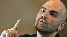 Roberto Saviano erhält selbst Morddrohungen von der Mafia und lebt permanent unter Personenschutz.