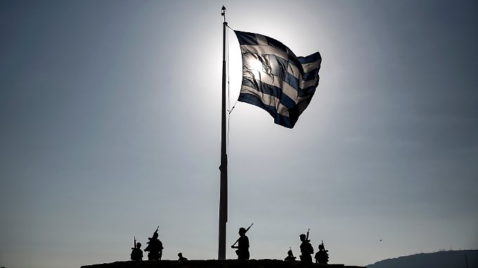 Soldaten hissen auf der Akropolis die griechische Flagge.