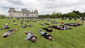 """Das """"Zentrum für politische Schönheit"""" organisierte die Protestaktion vor dem Bundestag."""