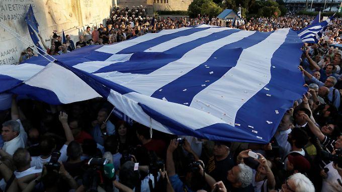 Gestern wurde in Athen für einen harten Verhandlungskurs demonstriert, heute für einen Verbleib in der Eurozone.