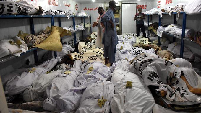Die Hitzetoten in Pakistan sprengten auch die Kapazitäten der Leichenhallen.