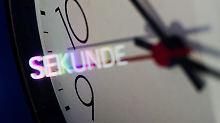 Das Jahr 2015 wird um eine Sekunde verlängert. Während die Atomzeit weiterläuft, müssen wir mit der Koordinierten Weltzeit auf die Erde warten - denn die bummelt.