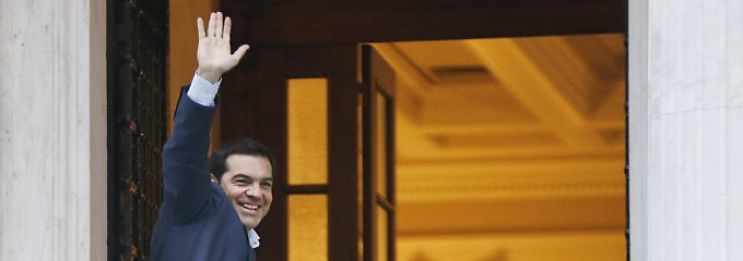Zurück in Athen: Alexis Tsipras winkt, bevor er seinen Amtssitz betritt.