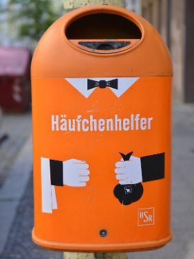 Städtischer Mülleimer macht Werbung für die Entsorgung von Hundekot.