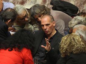 Yanis Varoufakis diskutiert mit griechischen Parlamentariern.