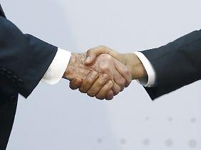 Historischer Handschlag im April in Panama City: Kubas Präsident Raúl Castro (l.) reicht US-Präsident Barack Obama die Hand.