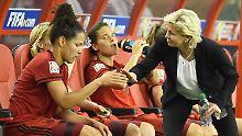Kopf hoch: Celia Sasic, links, und Bundestrainerin Silvia Neid.