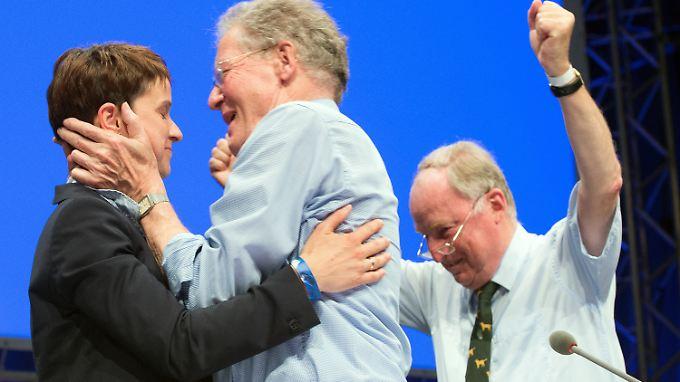 Die neue AfD-Vorsitzende Frauke Petry wird von Konrad Adam (Mitte) und Alexander Gauland (r.) bejubelt.