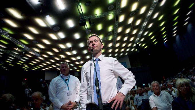 Leere Stuhlreihen bei Parteitag: Tritt Parteigründer Lucke aus der AfD aus?