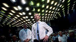 Leere Stuhlreihen beim Parteitag: Tritt Parteigründer Lucke aus der AfD aus?