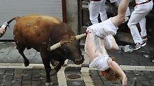 Umstrittene Mutproben in Pamplona: Bulle spießt Männer bei Stierhatz auf