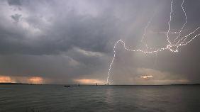 Das Wasser kann den Strom eines Blitzes über weite Strecken leiten.