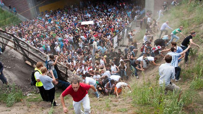 Sie wollten tanzen, feiern, Spaß haben - und starben einen grauenvollen Tod. 21 Menschen ließen bei der Loveparade in Duisburg ihr Leben.