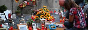 Blumen, Kerzen und Fotos am Unglücksort erinnern an die 21 Opfer der Loveparade-Tragödie vor fünf Jahren.