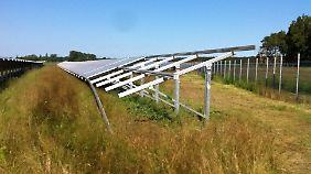 Ohne großen Aufwand überwanden die Diebe den Zaun dieses Solarkraftwerks und montierten Module für mehrere zehntausend Euro ab.