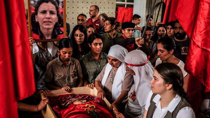 Kurden trauen um eine von der Polizei getötete Aktivistin.