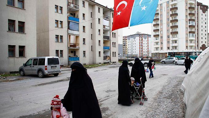 Tausende Uiguren, deren blaue Flagge der türkischen ähnelt, sind aus China geflohen - mit türkischer Hilfe sind viele auch in der Türkei angekommen. Darüber ist Peking sehr verärgert.