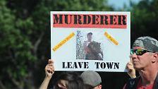 Dutzende wütende Tierschützer demonstrieren vor dem Gebäude.