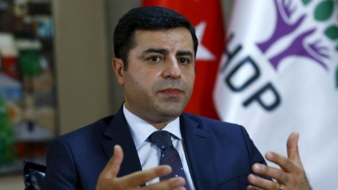Die HDP um den Oppositionsführer Demirtaş hatte die regierende AKP bei den Parlamentswahlen um die absolute Mehrheit gebracht.