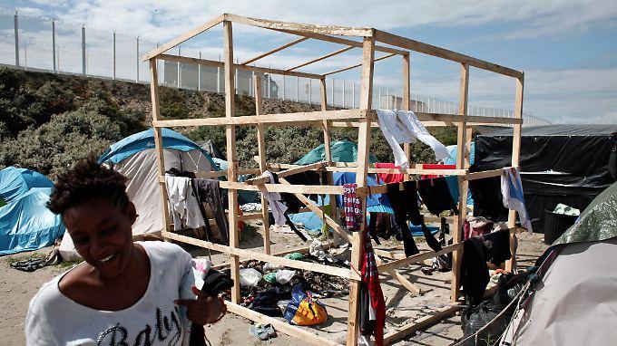 """Eine """"solide"""" Behausung wollen einige der Bewohner im Camp errichten."""