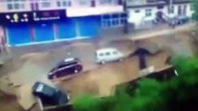 Wetterchaos in Asien: Erdrutsch reißt Fahrzeuge in die Tiefe