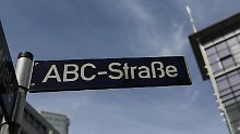 Ein Straßenname wird zum Programm:In der ABC-Straße in Hamburg befindet sich die deutsche Niederlassung des Internet-Konzern Google. Foto: Axel Heimken