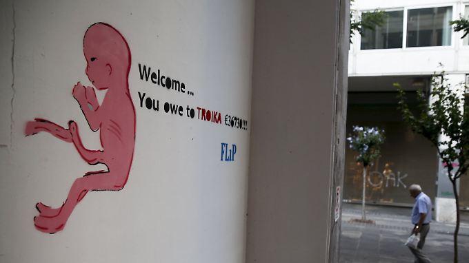 """""""Willkommen... du schuldest der Toika 36.730 Euro"""", heißt es auf diesem Graffito in Athen."""