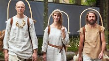 """Die drei Steinzeitforscher Marco Hocke (l-r), Veronika Hocke und Lukas Heinen starten den """"Ötzi-Walk""""."""