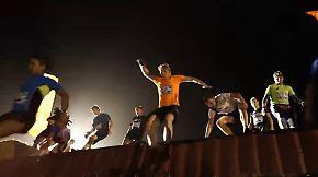 Strongman in der Stadt aus Eisen: Kandidaten kämpfen sich durch Matsch und Dunkelheit