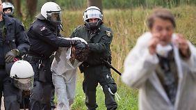 Die Polizei griff massiv ein, um die Protestler aus dem Tagebau zu bringen.
