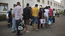 Bei der Erstregistrierung von Flüchtlingen in der kurzfristig eingerichteten Notunterkunft im Berliner Stadtteil Karlshorst.