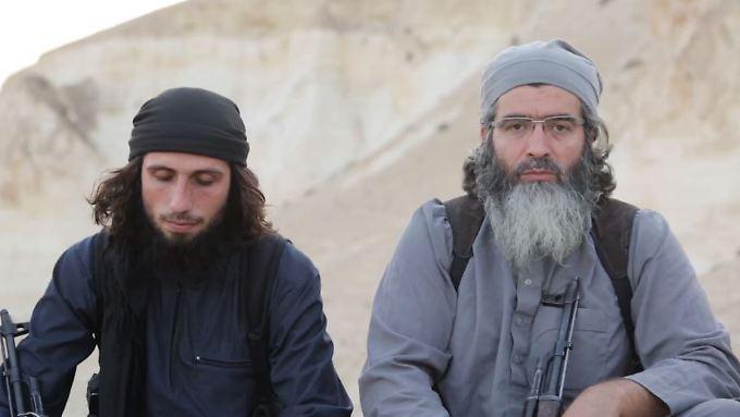 Ein Ausschnitt des Videos. Der IS-Anhänger rechts spricht in türkischer Sprache.