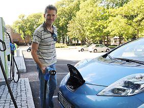 Sven Steine mit seinem Nissan Leaf.