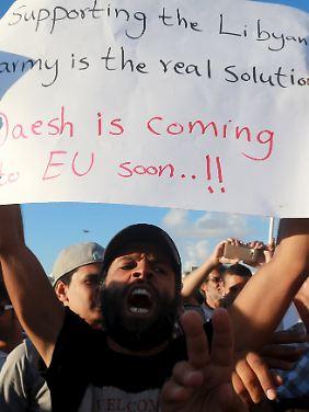 Demonstranten warnen: Der IS wird nach Europa kommen.
