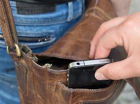 Vorsicht, Langfinger:Wenn das Handy aus der Tasche geklaut wird, sollten Besitzer schnell die SIM-Karte sperren lassen.